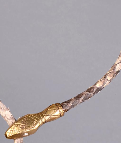 Collar rígido con cabeza y cola de serpiente de latón