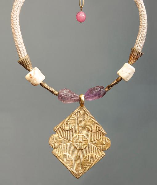 Colgante con pieza africana de bronce con amatista